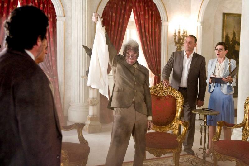 Steve Martin, Jean Reno ed Emily Mortimer in una scena del film La pantera rosa 2