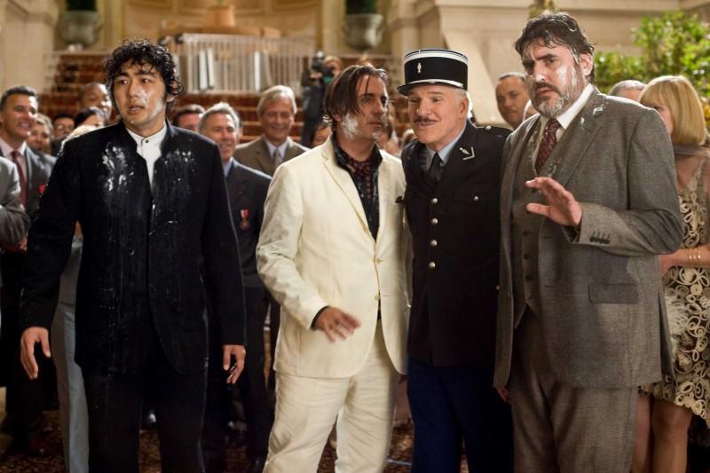 Yuki Matsuzaki, Andy Garcia, Steve Martin e Alfred Molina in una scena del film La pantera rosa 2