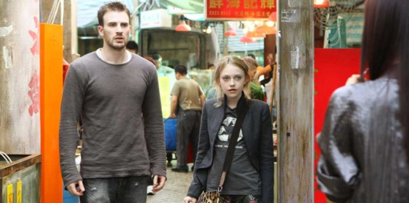 Chris Evans e Dakota Fanning in una scena del film Push