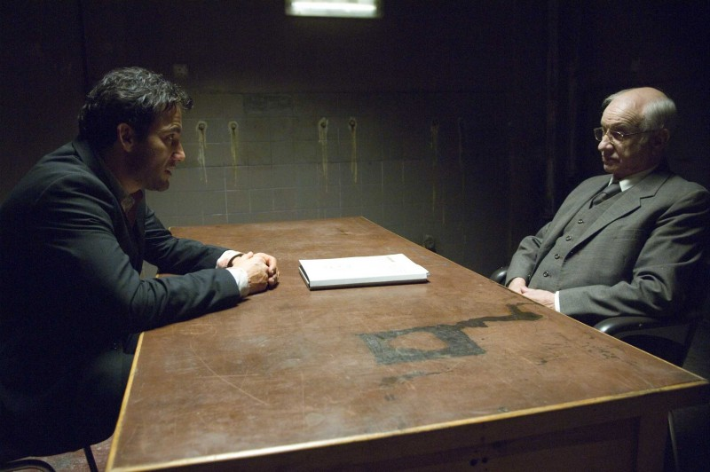 Clive Owen e Armin Mueller-Stahl in una scena del film The International
