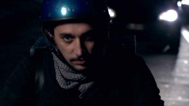 Corrado Fortuna in una scena del film Una notte blu cobalto