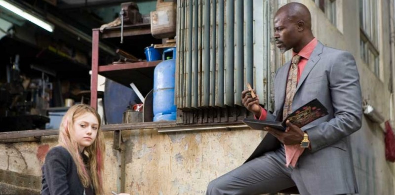 Dakota Fanning e Djimon Hounsou in una scena del film Push