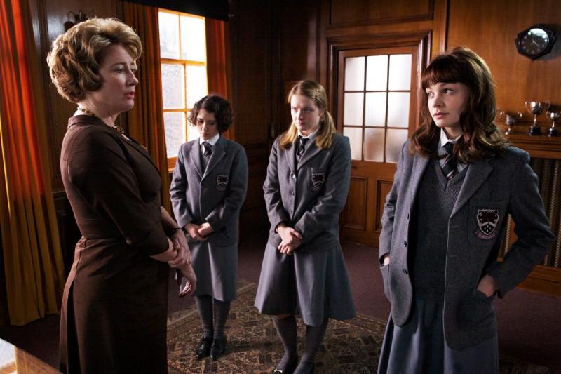 Emma Thompson, Ellie Kendrick, Amanda Fairbank-Hynes, Carey Mulligan in una scena del film An Education