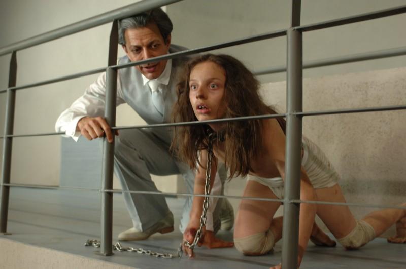 Jeff Goldblum e Adina Rapiteanu in una scena di Adam Resurrected