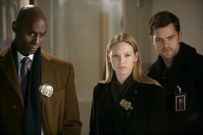 Anna Torv, Lance Reddick e Joshua Jackson in una scena dell'episodio Ability di Fringe