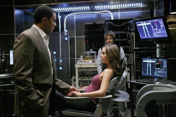 Eliza Dushku ed Harry J. Lennix in una scena dell'episodio The Target di Dollhouse