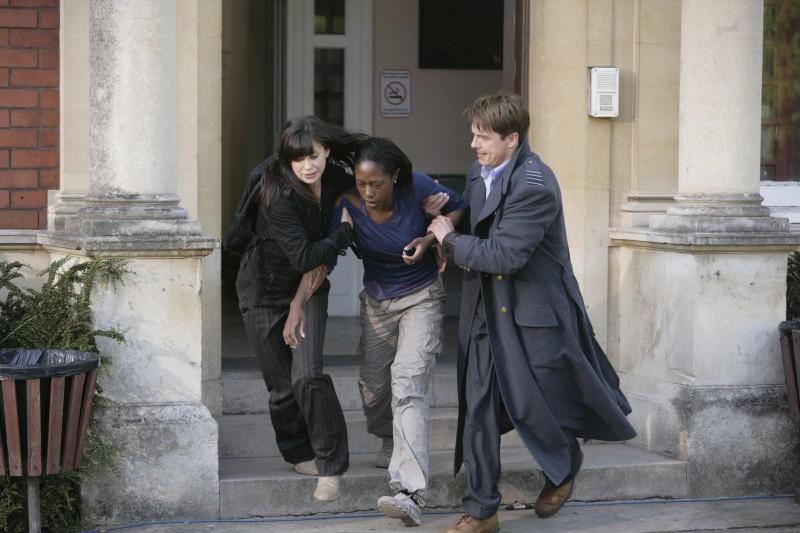 Eve Myles, John Barrowman e Nikki Amuka-Bird in una scena dell'episodio 'L'agente dormiente' della serie Torchwood
