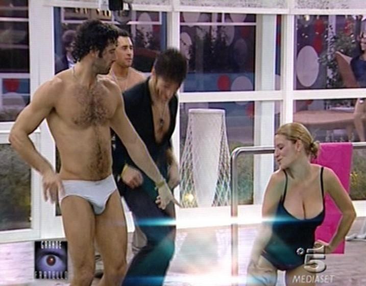 Grande Fratello 9 - Alberto e Annachiara in piscina (dietro di loro Gianluca e Marcello)