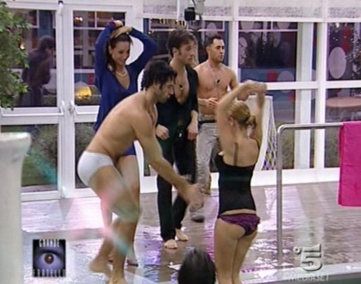 Grande Fratello 9 - Annachiara e Alberto in piscina insieme a Gianluca, Siria e Marcello