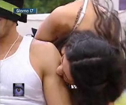 Grande Fratello 9 - Cristina morde Gianluca durante uno scherzo erotico