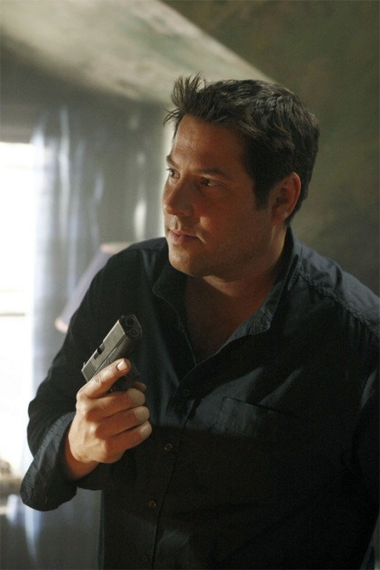 Greg Grunberg in una scena tratta da A Clear and Present Danger, terza stagione di Heroes