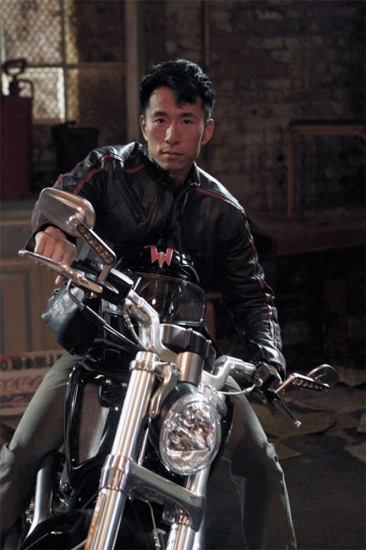 James Kyson Lee in una scena tratta da A Clear and Present Danger, terza stagione di Heroes