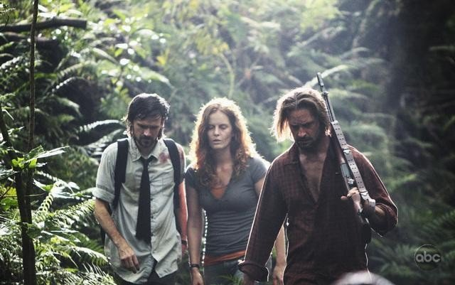 Josh Holloway, Rebecca Mader e Jeremy Davies in una scena dell'episodio This Place Is Death di Lost