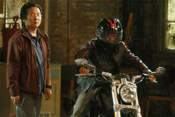 Masi Oka e James Kyson Lee in una scena di A Clear and Present Danger, terza stagione di Heroes