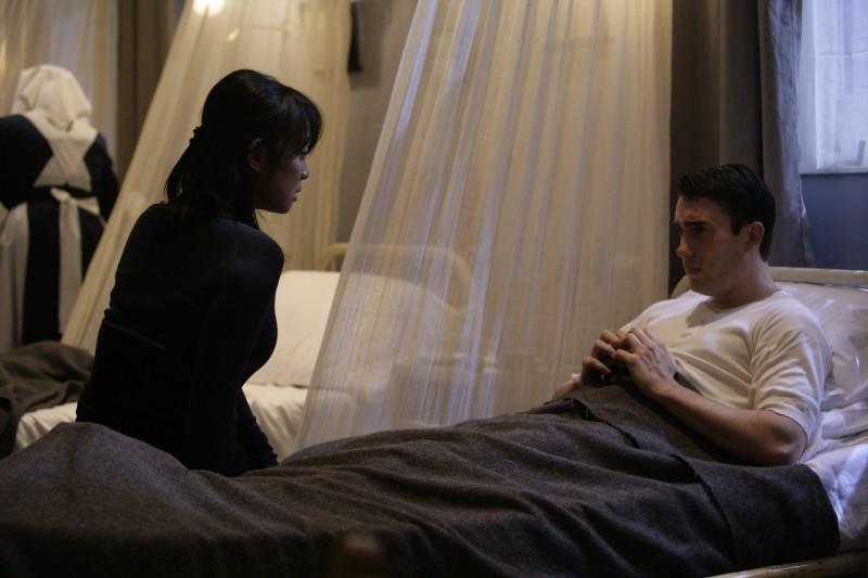 Naoko Mori  insieme a Anthony Lewis in una scena dell'episodio 'Fino all'ultimo uomo' della serie Torchwood
