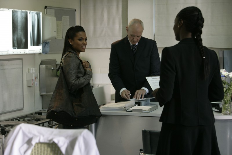 Alan Dale e Freema Agyeman  in una scena dell'episodio 'Reset' della serie tv Torchwood