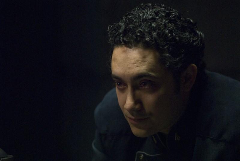 Alessandro Juliani in una scena dell'episodio Blood on the Scales di Battlestar Galactica