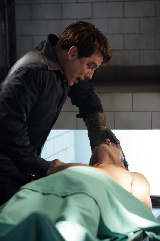 Burn Gorman con John Barrowman durante una scena drammatica dell'episodio 'La mietitrice di anime' della serie tv Torchwood