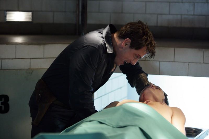 Burn Gorman con John Barrowman in un momento dell'episodio 'La mietitrice di anime' della serie tv Torchwood