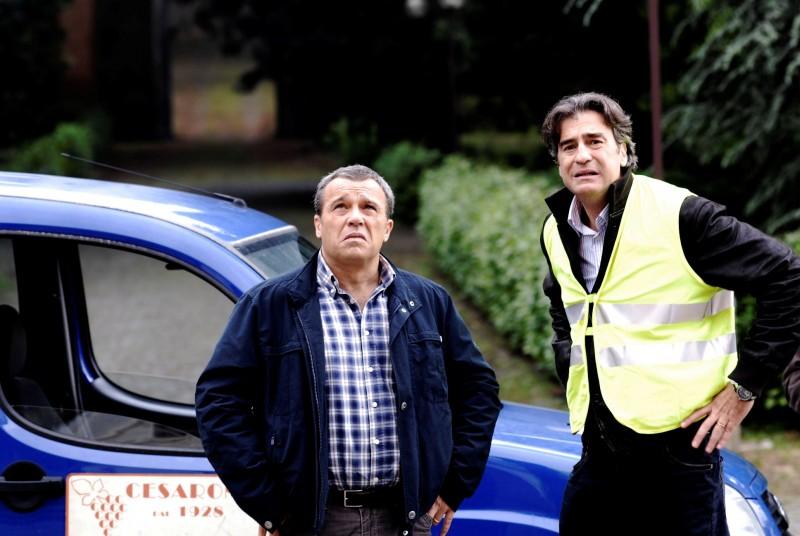 Claudio Amendola con Max Tortora in una scena de I Cesaroni 3