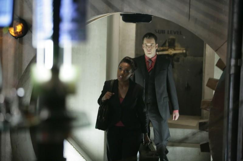 Freema Agyeman e alle sue spalle Gareth David-Lloyd  in una scena dell'episodio 'Reset' della serie tv Torchwood