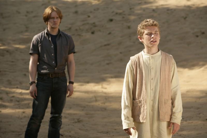 Jack Montgomery e alle sue spalle Bryan Dick nell'episodio 'Adam' della seconda stagione di Torchwood