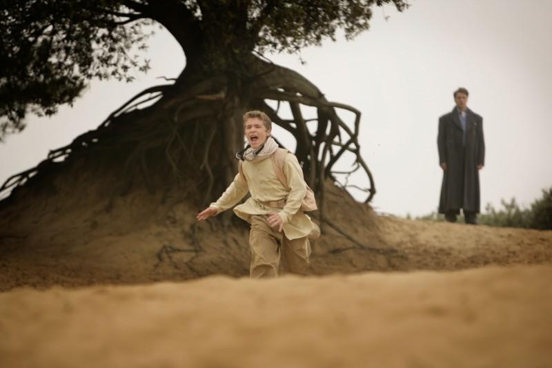 Jack Montgomery e sullo sfondo John Barrowman nell'episodio 'Adam' della seconda stagione di Torchwood