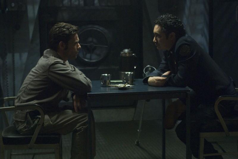James Callis ed Alessandro Juliani in una scena dell'episodio Blood on the Scales di Battlestar Galactica