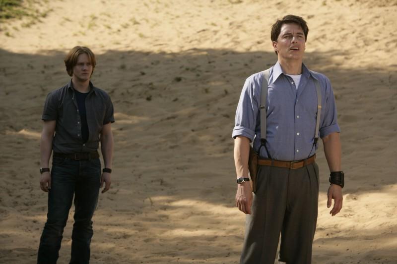 John Barrowman e  Bryan Dick nell'episodio 'Adam' della seconda stagione di Torchwood