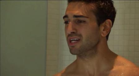 Un primo piano di Elyas M'Barek sotto la doccia nella serie televisiva Kebab for Breakfast