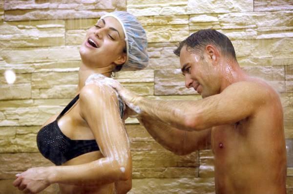 Grande Fratello 2009 - Cristina Del Basso sotto la doccia con Marcello Calabria Torre