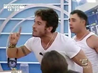 Grande Fratello 9 - giorno 24 - dopo che Federica gli ha lanciato un bicchiere addosso, Gianluca è furioso. Dietro di lui c'è Marcello