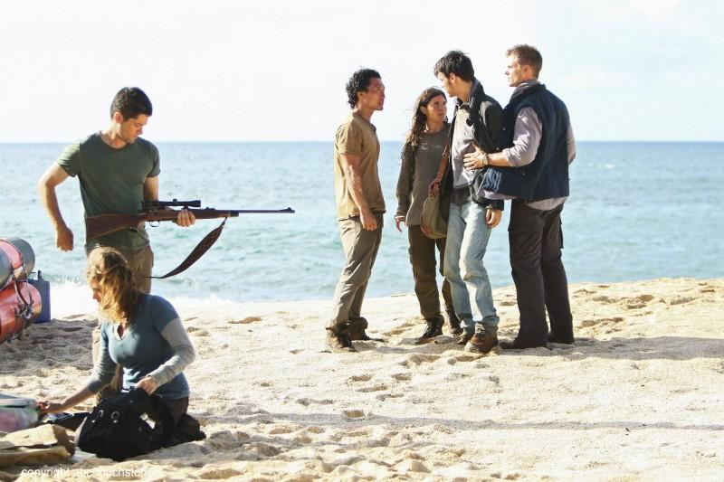 Il gruppo in spiaggia nell'episodio This Place Is Death di Lost