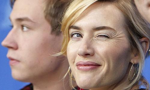Un'ammiccante Kate Winslet presenta The Reader al Festival di Berlino 2009 (dietro di lei, l'attore David Kross)