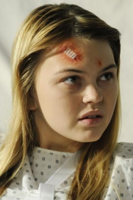 Aimee Teegarden in una scena dell'episodio Help Me, Rhonda di 90210