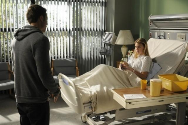 Dustin Milligan ed Aimee Teegarden in una scena dell'episodio Help Me, Rhonda di 90210