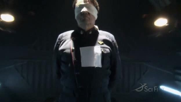 Edward James Olmos in una scena drammatica nell'episodio Blood on the Scales di Battlestar Galactica