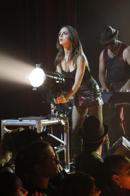 Eliza Dushku in una scena dell'episodio Stage Fright di Dollhouse