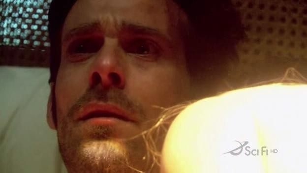 James Callis nel ruolo di Gaius Baltar in una scena dell'episodio Blood on the Scales di Battlestar Galactica