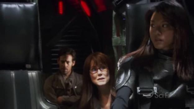 Mary McDonnell, Grace Park e James Callis e in una scena dell'episodio Blood on the Scales di Battlestar Galactica