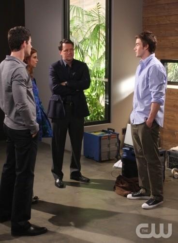 Steven Culp, Robert Buckley, Brian Hallisay e Joanna Garcia in una scena dell'episodio All About Betrayal di Privileged