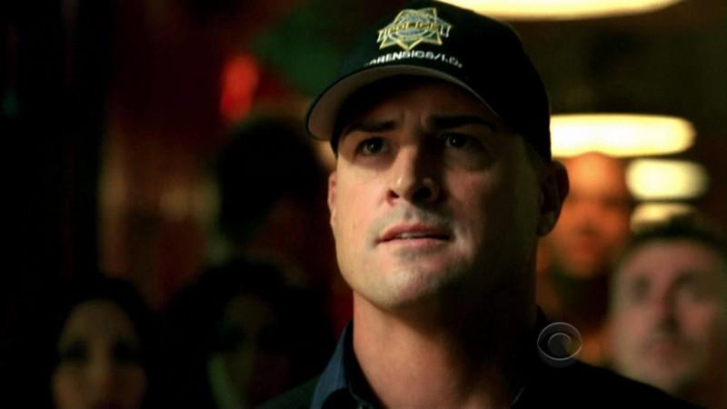 George Eads in una scena dell'episodio Disarmed and Dangerous di CSI