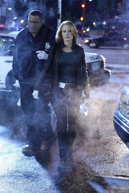 Marg Helgenberger e Laurence Fishburne in una scena dell'episodio Disarmed and Dangerous di CSI