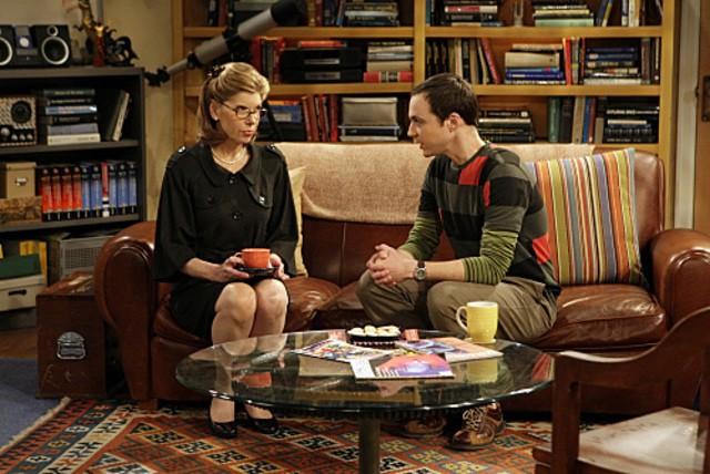 Jim Parsons e Christine Baranski in una scena dell'episodio The Maternal Capacitance di The Big Bang Theory