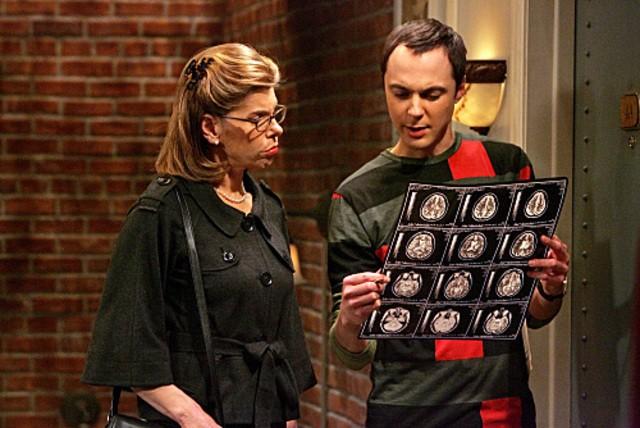 Jim Parsons e Christine Baranski nell'episodio The Maternal Capacitance di The Big Bang Theory