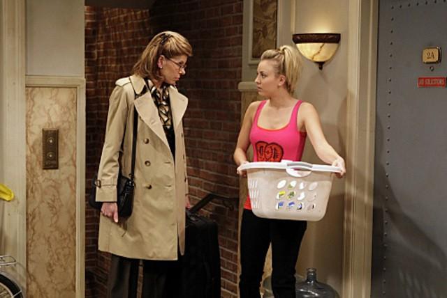 Kaley Cuoco e Christine Baranski in una scena dell'episodio The Maternal Capacitance di The Big Bang Theory