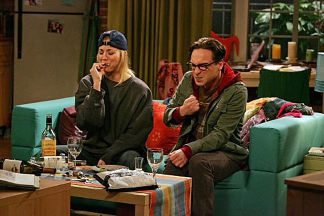 Kaley Cuoco e Johnny Galecki nell'episodio The Maternal Capacitance di The Big Bang Theory