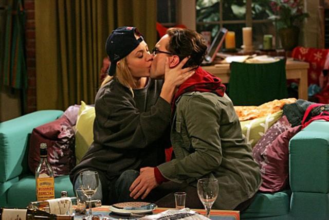 Un bacio tra Kaley Cuoco e Johnny Galecki nell'episodio The Maternal Capacitance di The Big Bang Theory