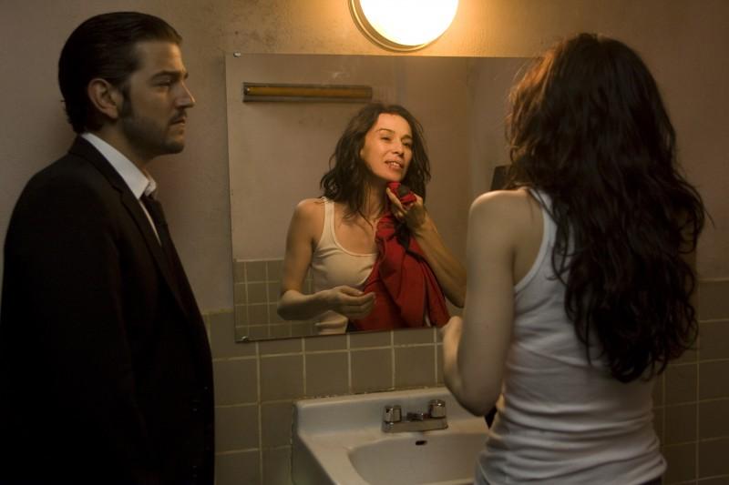 Diego Luna e Ariadna Gil in una scena di Solo quiero caminar
