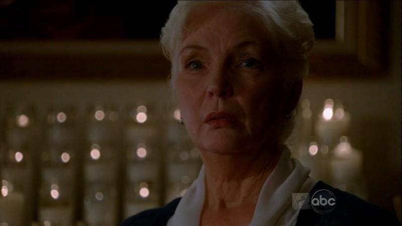 Fionnula Flanagan in una scena dell'episodio This Place Is Death di Lost